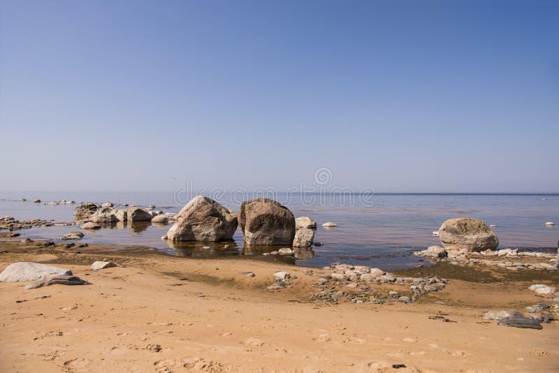 Balanza de las piedras en la playa El lugar en costas letonas llam? los klintis de Veczemju fotos de archivo libres de regalías