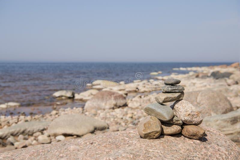 Balanza de las piedras en la playa El lugar en costas letonas llam? los klintis de Veczemju imágenes de archivo libres de regalías
