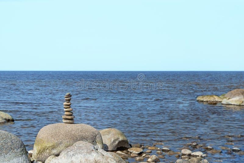 Balanza de las piedras en la playa El lugar en costas letonas llam? los klintis de Veczemju imagen de archivo