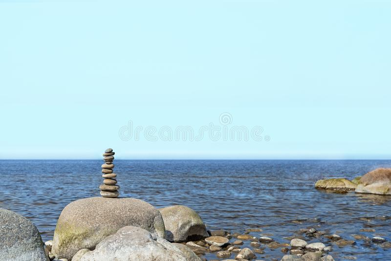 Balanza de las piedras en la playa El lugar en costas letonas llam? los klintis de Veczemju foto de archivo