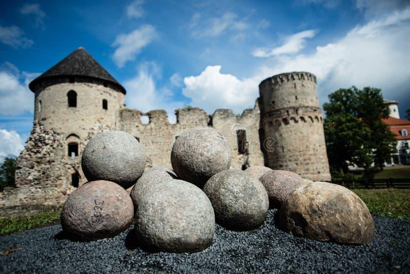 Balas de canhão com fundo do castelo fotografia de stock royalty free