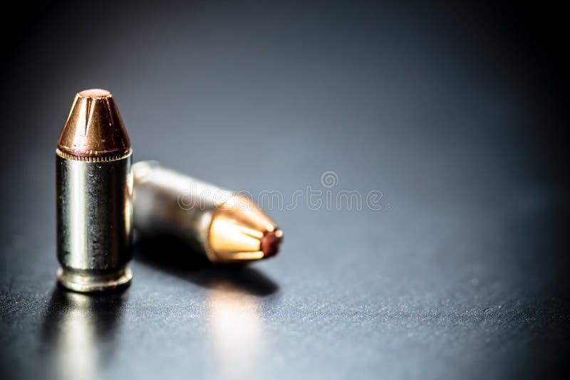 Balas de la munición de la pistola del arma de la mano imagenes de archivo