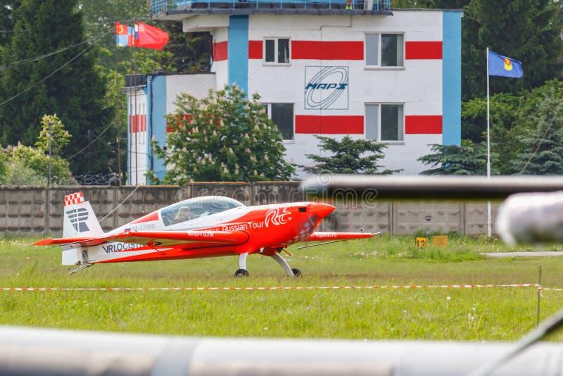 Balashikha, het gebied van Moskou, Rusland - Mei 25, 2019: Sportenvliegtuig Extra 330LX Ra-1758G van absolute wereldkampioen in d royalty-vrije stock afbeeldingen