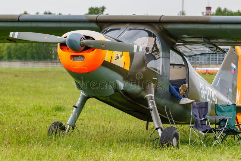 Balashikha, Moskau-Region, Russland - 25. Mai 2019: Deutsche helle Transportflugzeuge Dornier Do-27A RA-2774G auf einem gr?nen Gr stockfotos