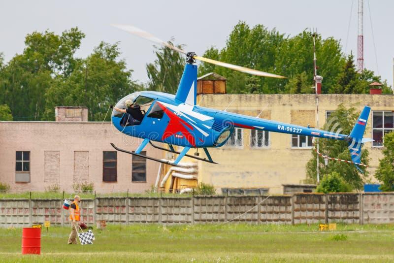 Balashikha, Moskau-Region, Russland - 25. Mai 2019: Hubschrauberrennen durch Raben RA-06227 Hubschrauber Robinsons R44 an der Luf stockfotografie