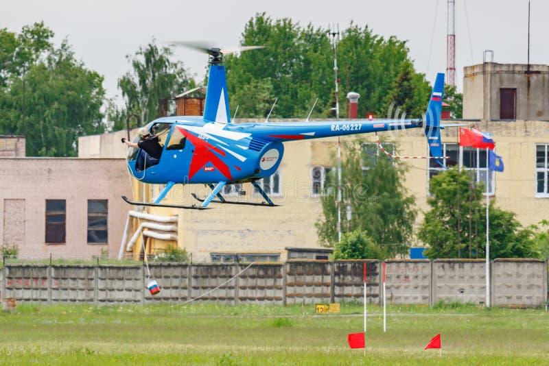Balashikha, Moskau-Region, Russland - 25. Mai 2019: Hubschrauberrennen durch Raben RA-06227 Hubschrauber Robinsons R44 an der Luf stockbilder