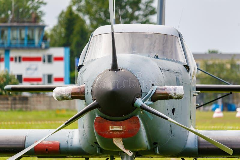 Balashikha Moskvaregion, Ryssland - Maj 25, 2019: Ljust turbopropmotorflygplan f?r enkel motor p? ett gr?nt gr?s av det Chyornoe  arkivbild