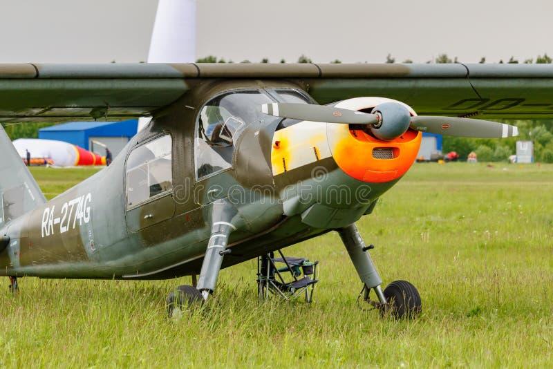 Balashikha, Moskwa region Rosja, Maj, - 25, 2019: Niemiec ?wiat?a transportu samolot Dornier Do-27A RA-2774G na zielonej trawie obraz royalty free