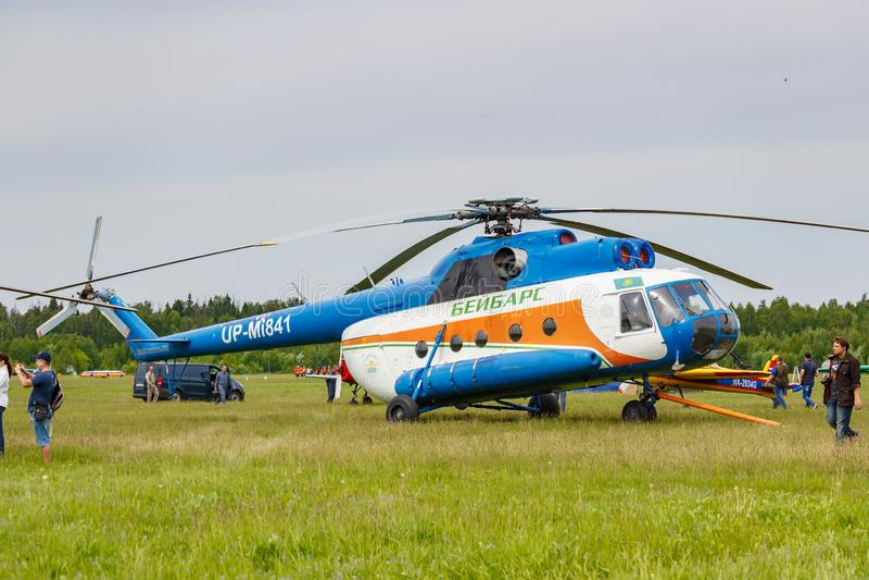 Balashikha, Moskwa region Rosja, Maj, - 25, 2019: Radziecki wielocelowy helikopter MI-8T UP-MI841 parkujący na zielonej trawie obrazy royalty free