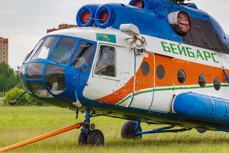 Balashikha, Moskwa region Rosja, Maj, - 25, 2019: Radziecki wielocelowy helikopter MI-8T UP-MI841 parkujący na zielonej trawie obraz stock