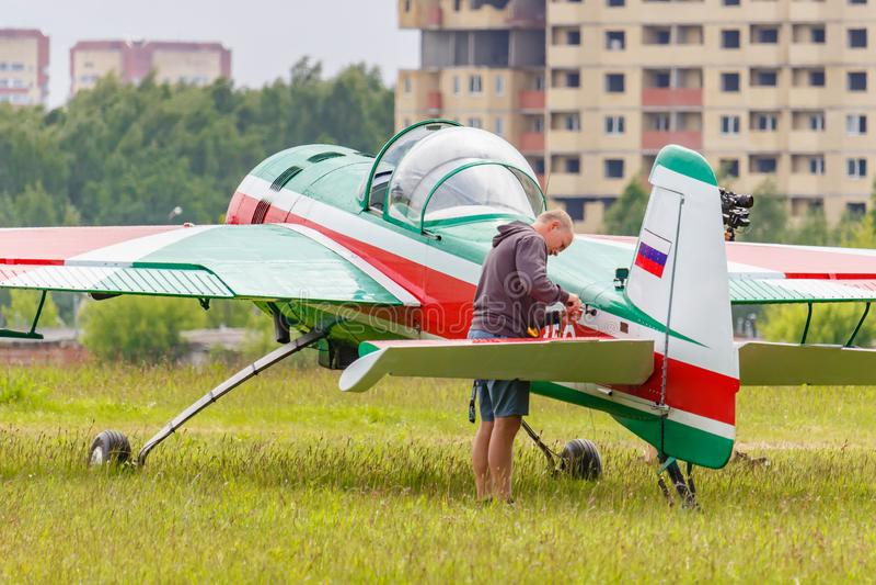 Balashikha, Moskwa region Rosja, Maj, - 25, 2019: Rosyjski aerobatic samolot Yakovlev YAK-55M RA-2935G parkuj?cy na zielonej traw fotografia royalty free