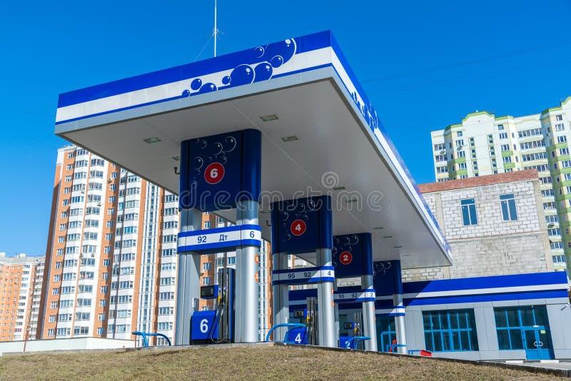 Balashikha, Rússia - 5 de abril 2016 posto de gasolina no fundo dos prédios imagem de stock royalty free