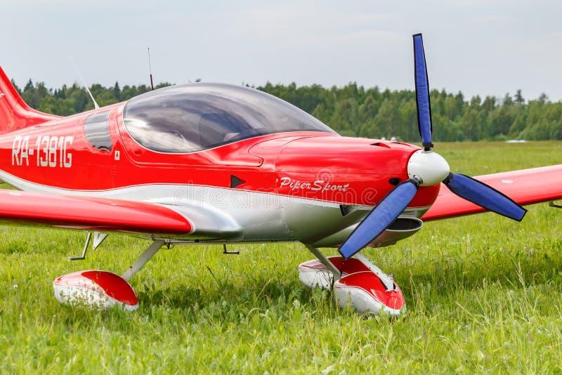 Balashikha, r?gion de Moscou, Russie - 25 mai 2019 : Les sports l?gers surfacent Piper Sport Cruiser RA-1381G sur une herbe verte photographie stock