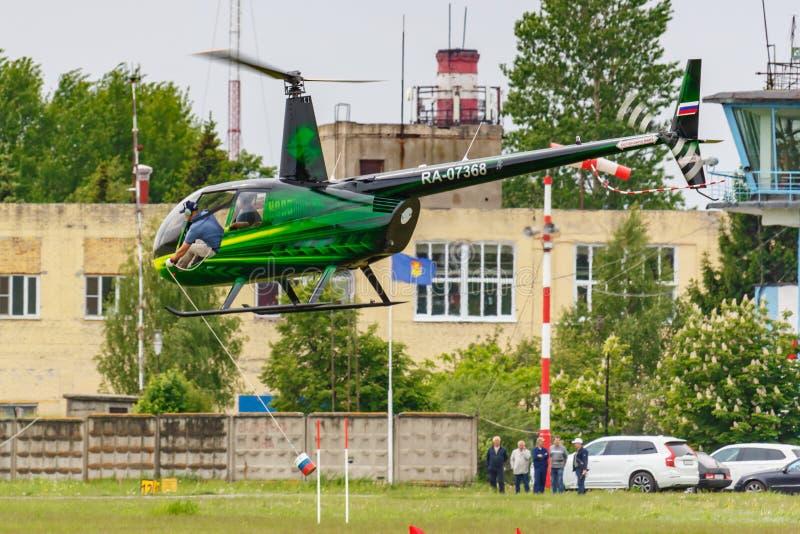 Balashikha, regione di Mosca, Russia - 25 maggio 2019: Corse dell'elicottero in elicottero Robinson R44 Raven RA-07368 all'aviazi fotografia stock libera da diritti