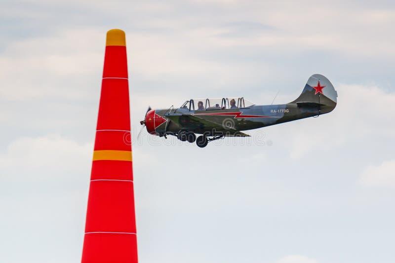 Balashikha, regione di Mosca, Russia - 25 maggio 2019: L'aereo di istruttore primario sovietico Yakovlev Yak-52 RA-1773G esegue l fotografie stock