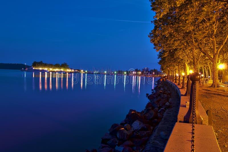 Balaton på natten med gångbanan fotografering för bildbyråer