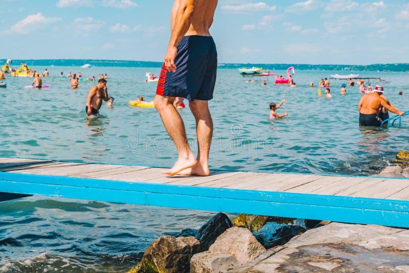 BALATON, UNGHERIA - 14 luglio 2018: la gente che nuota nel lago azzurrato blu immagini stock libere da diritti