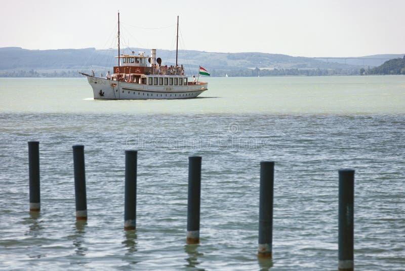 Balatonfured, Венгрия - 27-ое мая 2017: Винтажная прогулка на яхте на Balat стоковые изображения rf