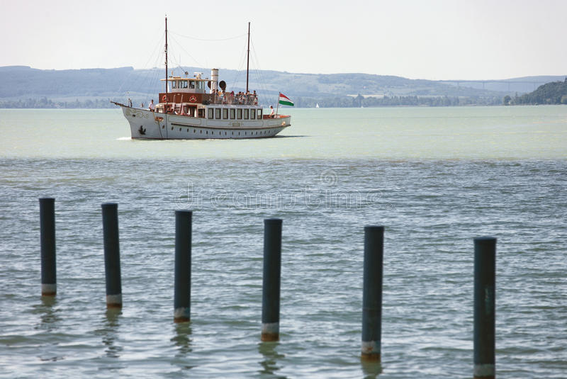 Balatonfured, Hungría - 27 de mayo de 2017: Viaje del barco del vintage en Balat imágenes de archivo libres de regalías
