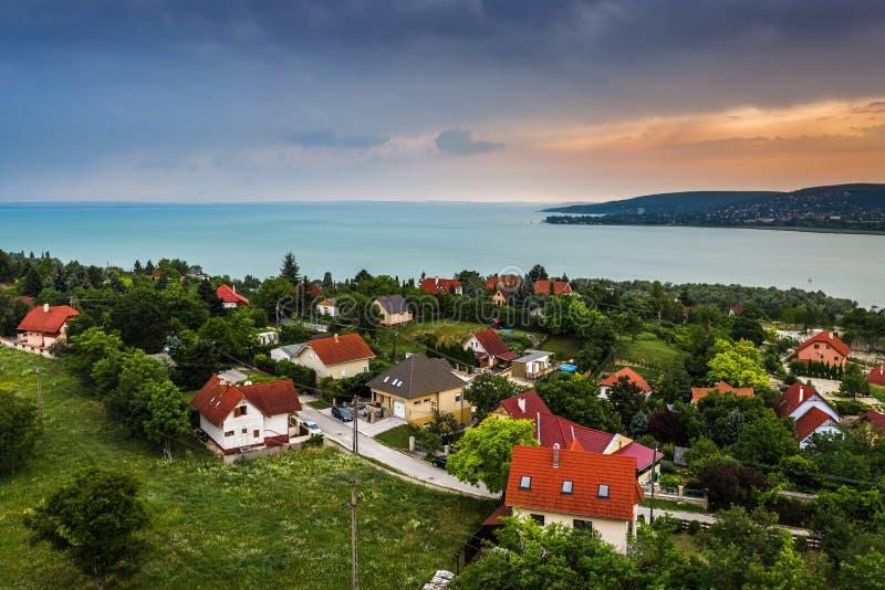 Balatonfuzfo, Hungría - Cabinas de fin de semana en la cima de Balatonfuzfo al atardecer con Balatonalmadi al fondo imagen de archivo libre de regalías