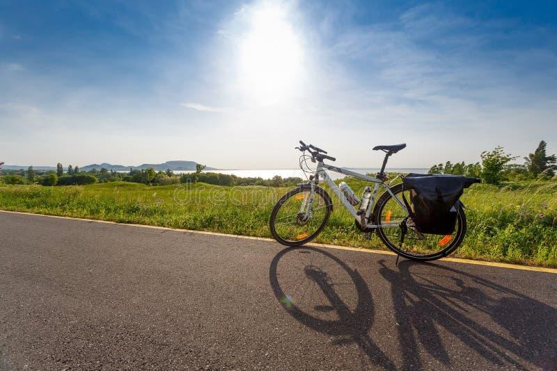 Balatonmeer, Hongarije Reizende fiets royalty-vrije stock foto's
