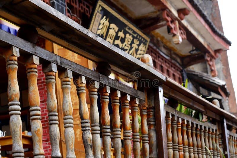 Balaustrada de madeira em uma construção na cidade histórica de Lijiang, Yunnan, China imagem de stock royalty free