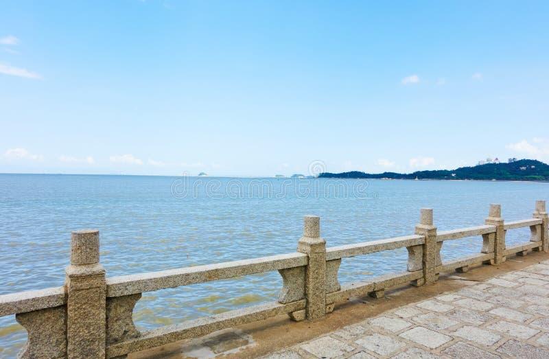 Balaustrada de pedra pelo litoral foto de stock