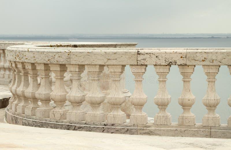 Balaustrada e vista para Tagus River imagens de stock