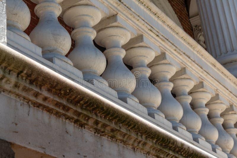 Balaustres macizos en un pórtico exterior con las manchas y el molde debajo, detalle arquitectónico imágenes de archivo libres de regalías
