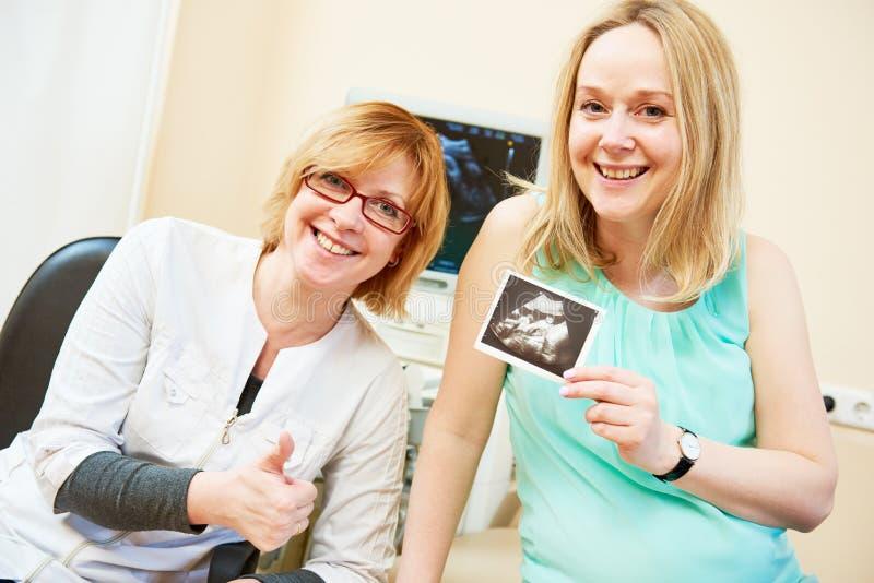 Balayage d'ultrason Grossesse Gynécologue vérifiant la vie foetale avec le scanner photo libre de droits