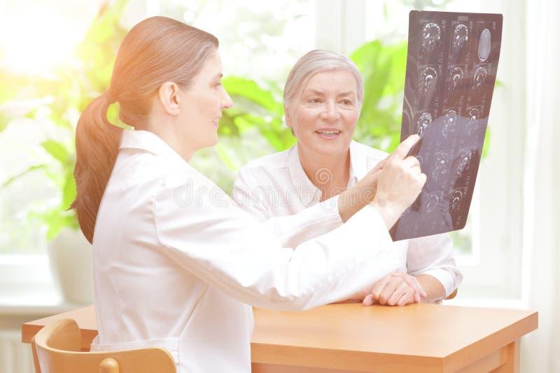 Balayage de cerveau patient de sourire de docteur photos stock