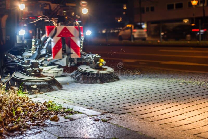 Balayeuse de route la nuit image stock