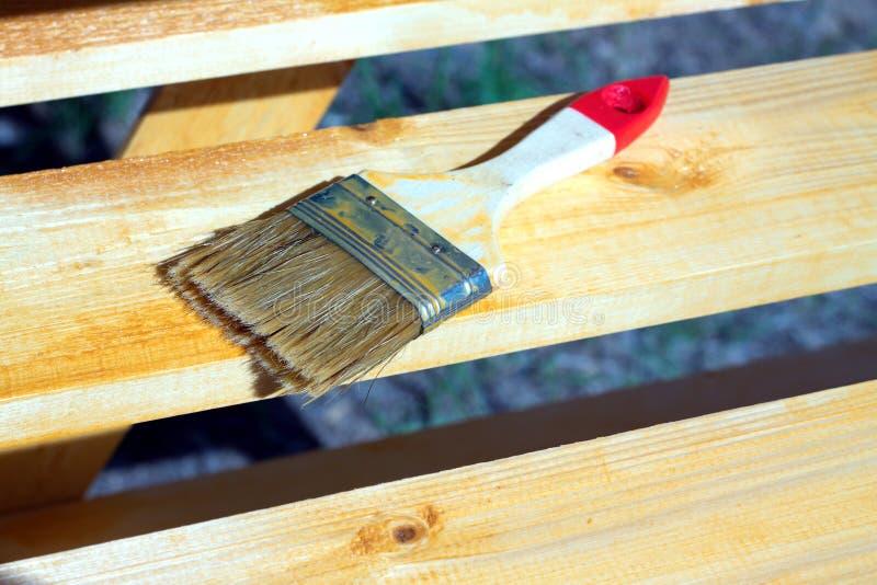 Balayez le mensonge sur une surface en bois peinte de rayonnage photographie stock