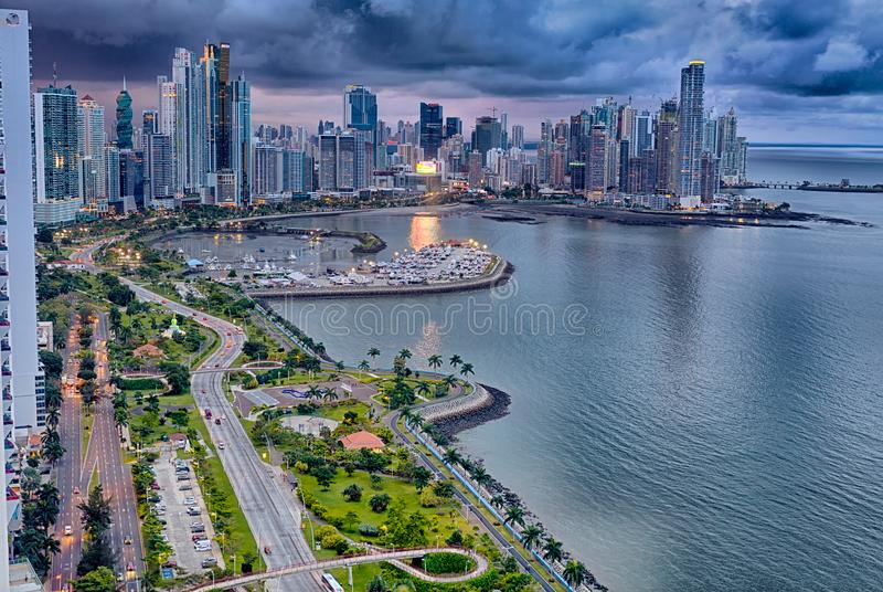 Balboaaveny, Panama City, Panama på skymning arkivbilder