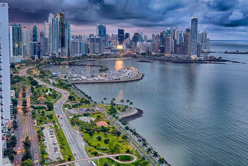 Balboaweg, de Stad van Panama, Panama bij schemer stock afbeeldingen