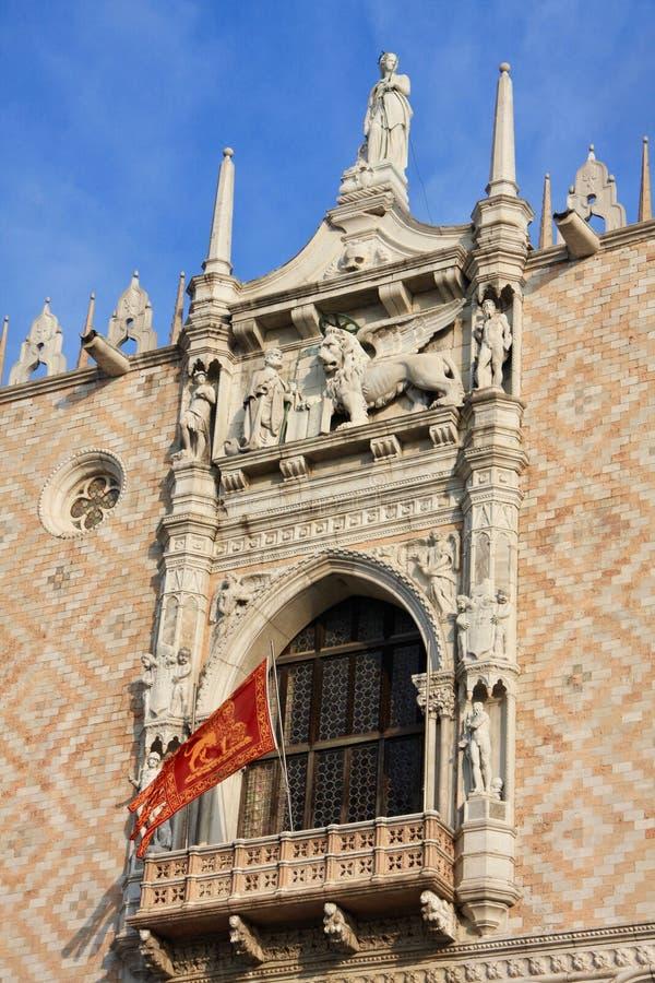 Balcão bonito com bas-reliief do leão, a janela de lanceta e flafl voados imagens de stock royalty free