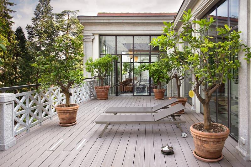Balcão bonito com sunbeds e plantas com vista bonita de foto de stock
