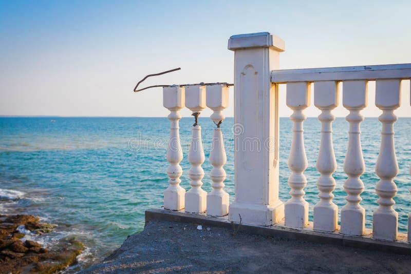 Balcão branco quebrado no terraço perto do mar e do céu azul foto de stock royalty free