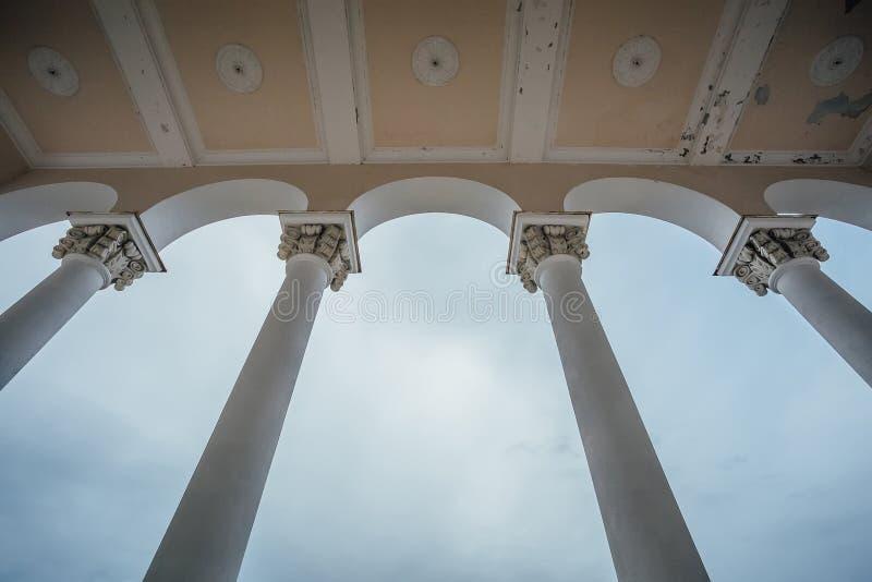 Balcão com arcos e colunata na mansão abandonada Vista inferior foto de stock royalty free