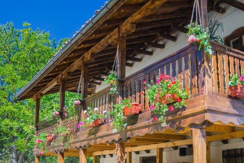 Balcão com as flores no monastério de Klisurski fotos de stock