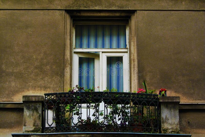 balcão com flores e uma construção do centro de Zagreb da janela, Croácia, fundo do céu azul fotos de stock royalty free