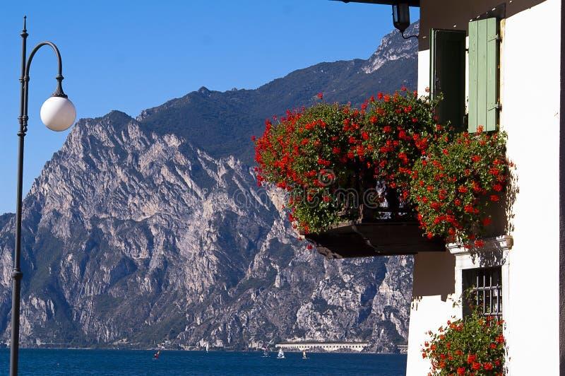 Balcão com flores, Torbole Itália imagens de stock