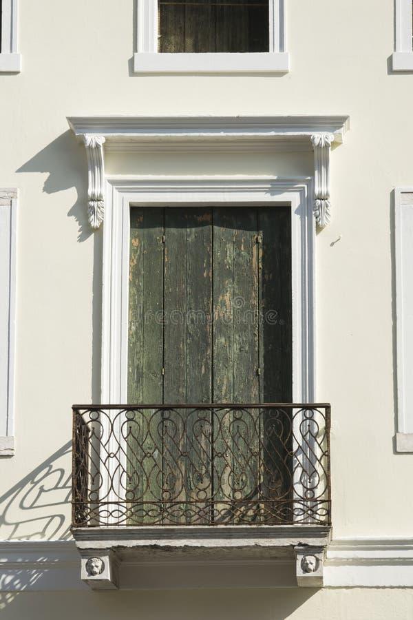 Balcão com shutterr de madeira verde em Cittadella, Itália imagens de stock royalty free