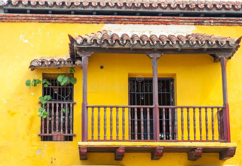 Balcão da construção colonial amarela velha em Cartagena imagem de stock royalty free