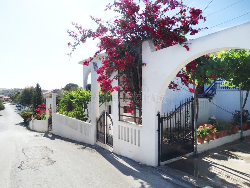 Balcão da construção do hotel de luxo e santorini Grécia do terraço fotos de stock royalty free