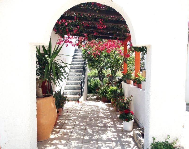 Balcão da construção do hotel de luxo e santorini Grécia do terraço imagens de stock royalty free