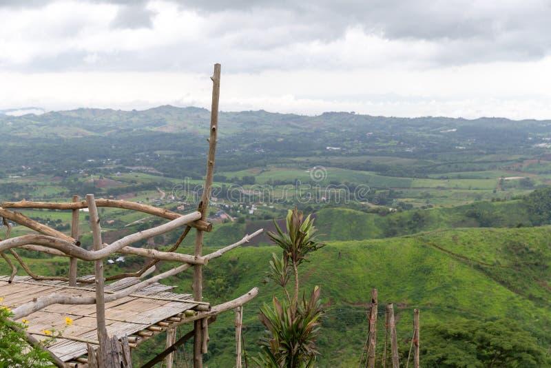 Balcão de bambu com paisagem cênico da natureza da montanha fotos de stock