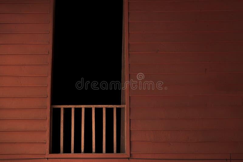 Balcão de madeira com sala escura na janela Casa tailandesa do estilo Conceito do fundo da casa assombrada imagem de stock