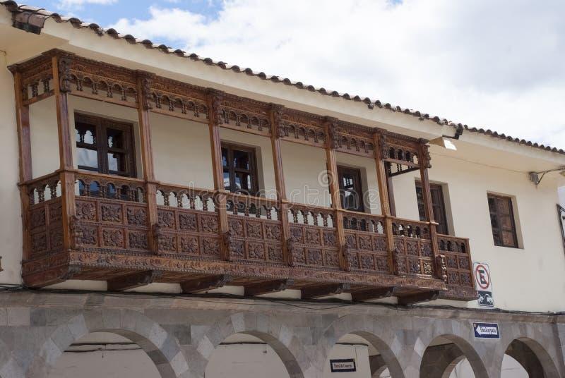 Balcão de madeira de uma casa colonial velha em Cuzco fotos de stock royalty free