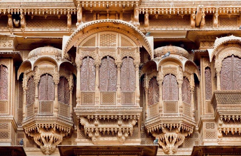 Balcão de pedra e janelas cinzeladas da fortaleza de pedra antiga, Rajasthani, Índia foto de stock royalty free